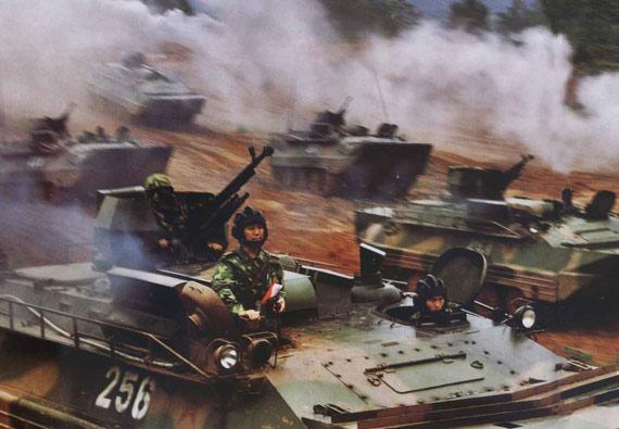 图文:解放军两栖机械化步兵师装甲群快速突击