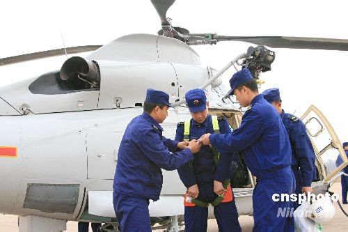 组图:我海军舰载机部队首批空中救生员训练