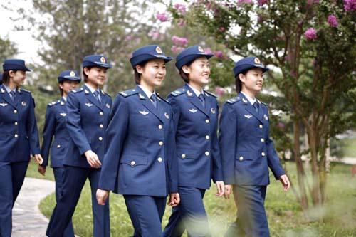 空军女兵夏常服图片