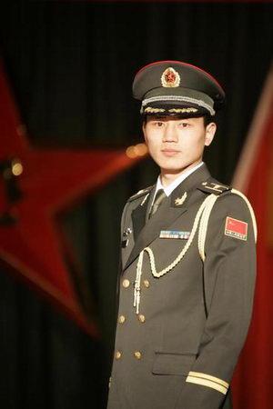 新疆军区举行07式新军服试穿展示观摩会图片