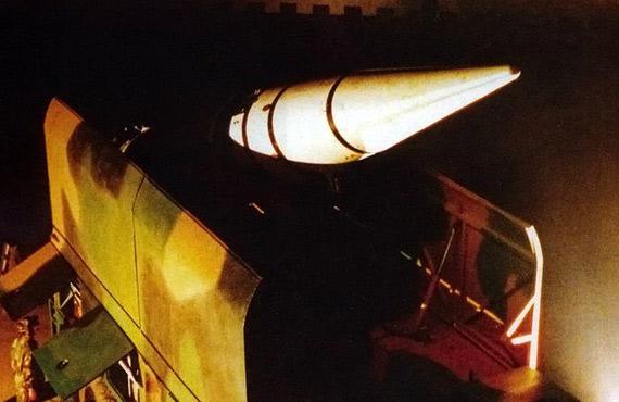 图文:解放军东风-15战术导弹部队夜间出动