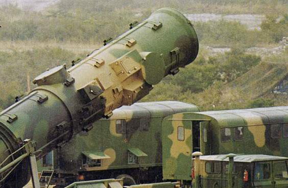 图文:二炮部队东风21中程战略导弹起竖
