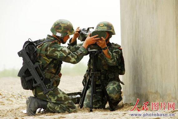组图:新疆武警演习用特种装置隐蔽侦察目标