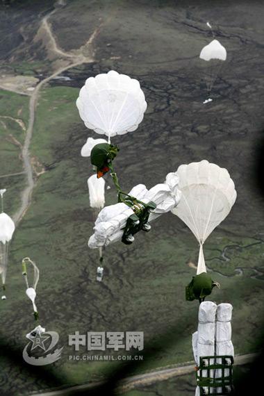 组图:中国空军大型运输机向灾区空投救灾物资