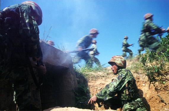 图文:中国军队进行实战演练