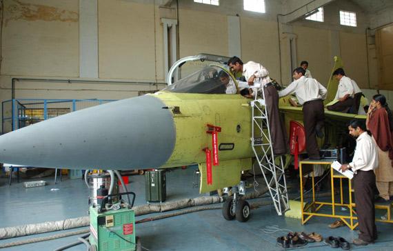 图文:印度LCA战斗机生产车间
