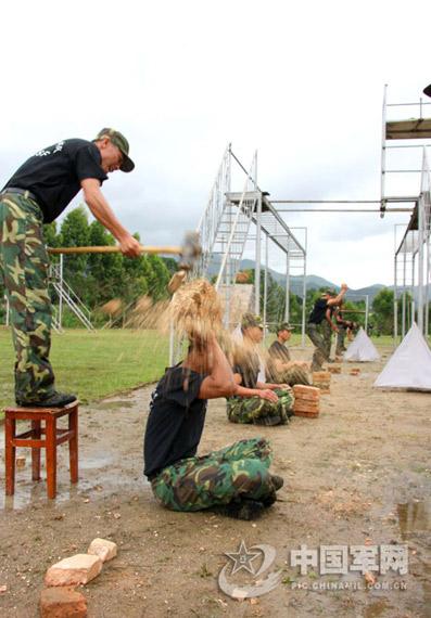组图:南京军区侦察兵进行硬功夫训练锤炼战力