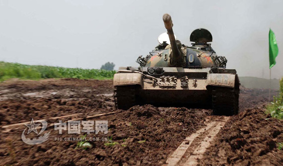 组图:沈阳军区装甲团59式主战坦克训练比武