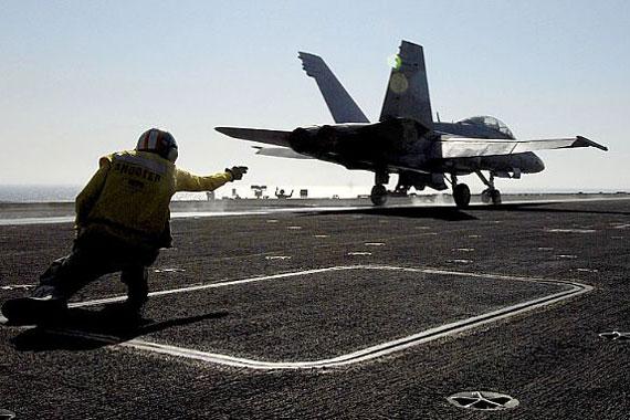 图文:美国海军战机弹射
