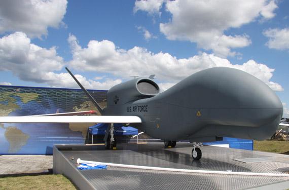 组图:美国全球鹰无人侦察机亮相范堡罗航展
