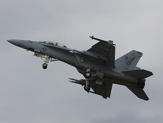 图文:F-18战机挂载导弹飞行