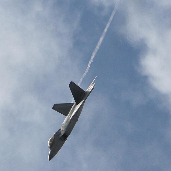 图文:F-22战机飞抵范堡罗上空