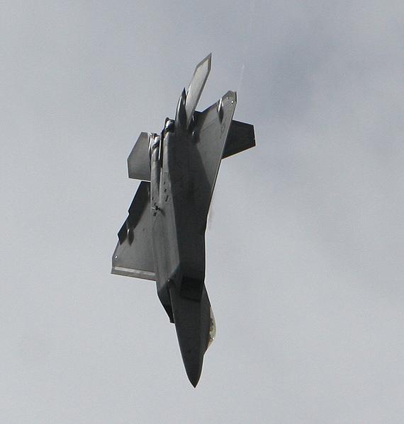 图文:F-22战机空中表演