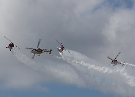 图文:北极星直升机编队空中调整编队