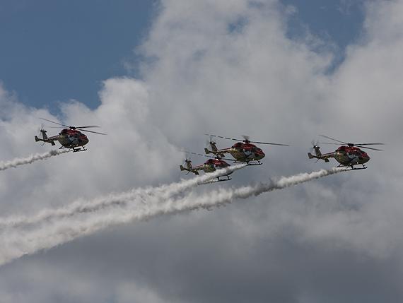 图文:印度北极星直升机拖出长长烟雾