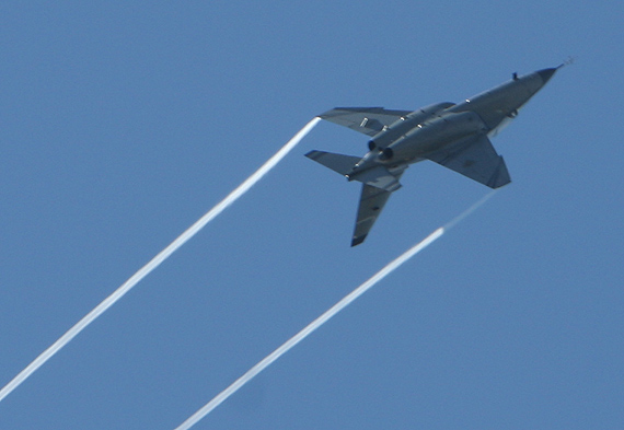组图:意大利m-346教练机飞行表演