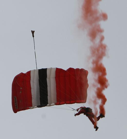 图文:跳伞队员在空中拉烟表演
