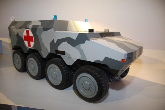 图文:最新型8X8SEP装甲救护车