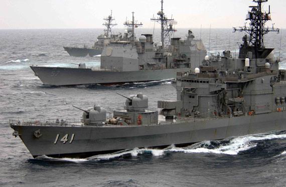 美日海军联合舰队举行海上反潜演练