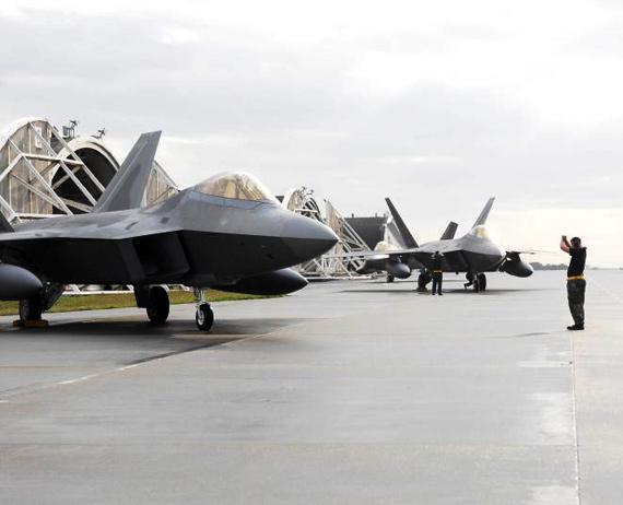 资料图:美国F-22战机部署关岛可在3小时内飞抵台海上空