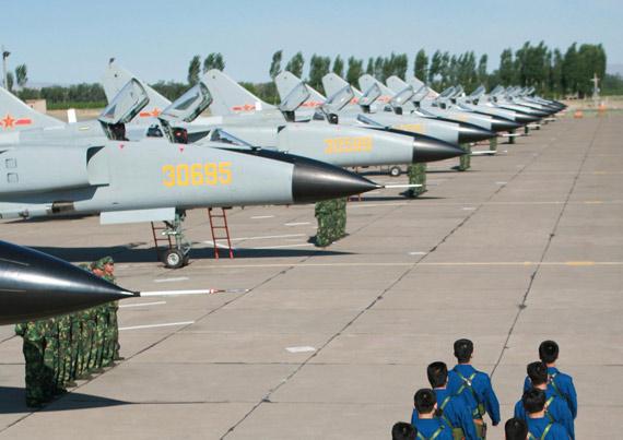 资料图:中国空军飞豹A战斗轰炸机群待命出发