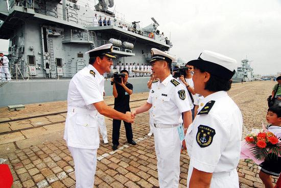 """2008年9月22日,英国海军护卫舰""""肯特""""号访问青岛,这是英国海军第五次访问青岛。双方首长交谈。周昆/CFP"""
