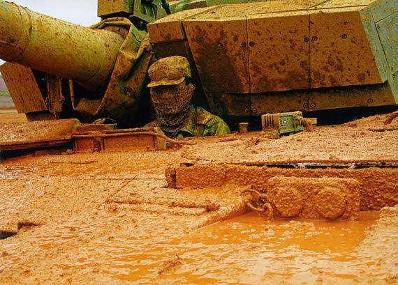 资料图:我军驾驶员测试国产99A2主战坦克性能