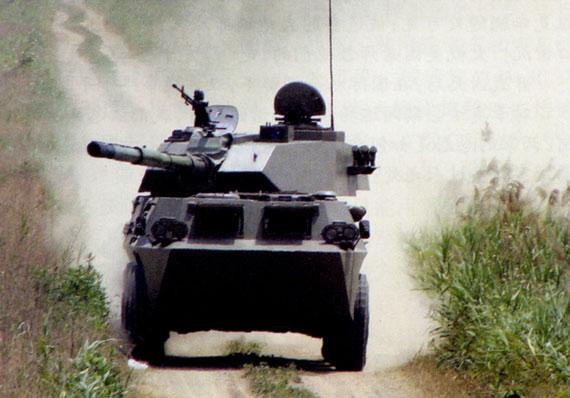 新型轮式105毫米自行突击炮行进中瞄准目标