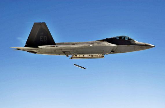 资料图:美国空军F-22战机投掷GBU-39小直径炸弹