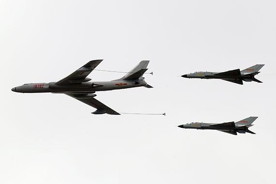 轰油六歼八D进行空中加油表演摄影:陈诚新浪独家图片,未经许可不得转载。