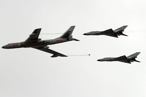 轰油六为歼-8D战机进行空中加油摄影:陈诚新浪独家图片,未经许可不得转载。