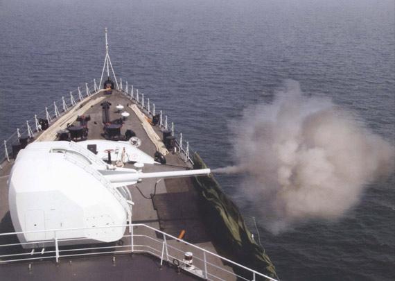 中国海军051C级新型导弹驱逐舰主炮开火