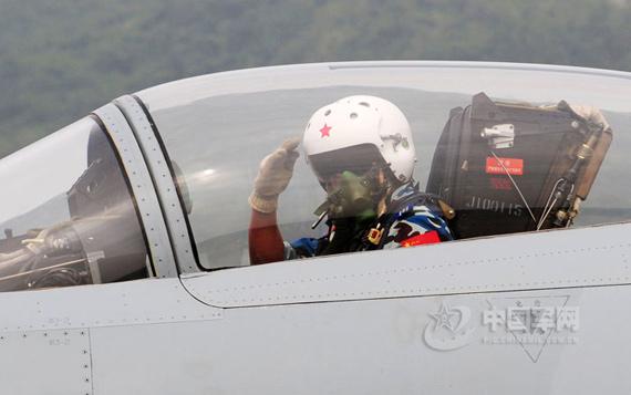 在珠海驾驶歼-10飞行表演的成都军区空军航空兵某师副师长、空军特级飞行员严锋