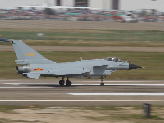 歼10战机在跑道上滑行准备升空摄影:陈诚