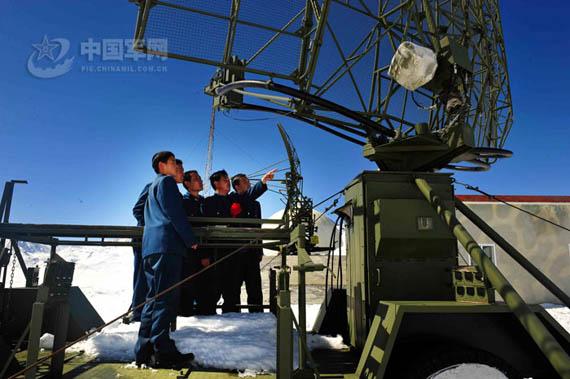 为新战士传授雷达使用维护经验
