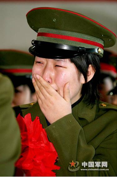 在北京军区第一通信总站女兵六连,即将退伍返乡的女兵们坚守着她们在部队的最后一班岗,用自己的一言一行时刻在感染着连队每一名官兵,激动时刻,笔者不由得用镜头记录下她们退伍前的感人画面。即将别离,不想说再见,将几年的感情一起装进背囊,泪光中我看到了自己无怨无悔?