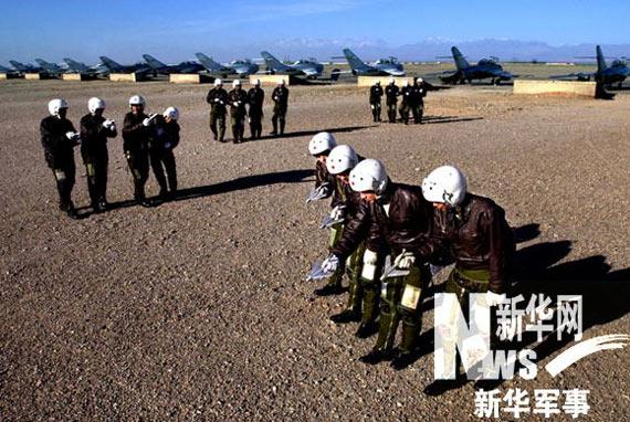 图文:空军飞行员地面模拟飞行编队