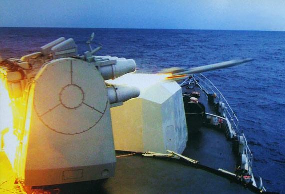 资料图:中国海军战舰对空发射海红旗7拦载导弹