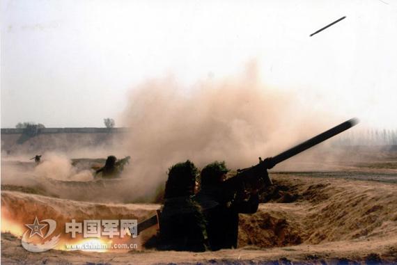 资料图:解放军便携式防空导弹发射。