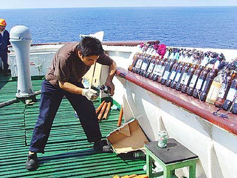 """船员们搬出空的啤酒瓶,往里灌上易燃的""""油漆水"""",再用棉纱浸上柴油做导火索,准备了200多只""""土燃烧瓶""""退敌(照片发自亚丁湾上""""振华4号"""")"""