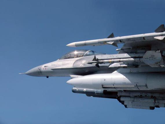 资料图:挂空空导弹的美国空军F-16CBlock42战机