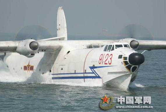 图文:水上飞机在海面上滑行