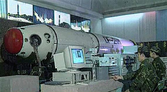 解放军二炮部队官兵正在检测东风21导弹