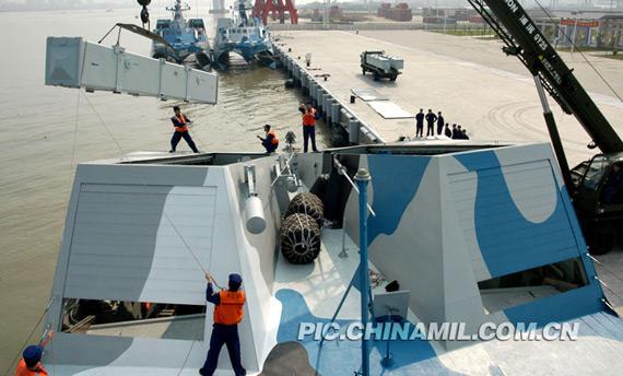 4月8日上午,南海舰队022隐形导弹艇吊装新型反舰导弹