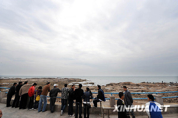 4 月 23 日, people watch the Olympic sailing waters of the sea waiting for the parade. Xinhua News Agency reporters Li Zi and Heng She