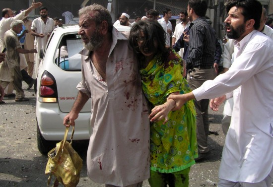 9 26, injured people leave the city of Peshawar in Pakistan car bomb explosion site. Xinhua News Agency issued