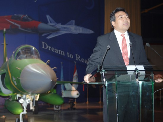 11 月 23 日, Kamla Punjab in Pakistan, Chinese Ambassador to Pakistan Luo Zhaohui on Xiaolong (JF-17) aircraft off the assembly line ceremony. Xinhua News Agency reporters Li Jing and Chen She