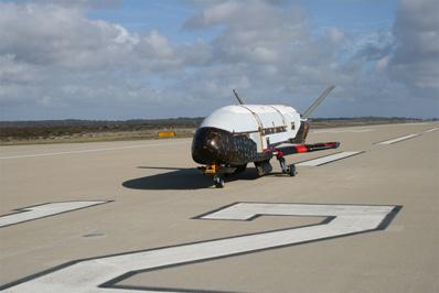 2007年,X-37B轨道试验载具在前往范登堡空军基地途中