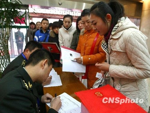 staff fill out the candidates personal information agency Fa (Photo: Tomita )