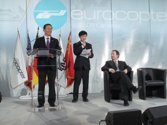 Party members in the aircraft industry, vice president, AVIC helicopter Lifang Yong, chairman of speech, next to the general manager for the Eurocopter